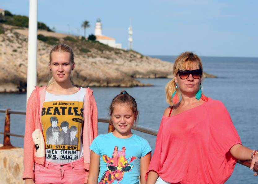 Helen with her daughters Bianka (left) and Agnetha (middle) in Cullera, Andalusia.