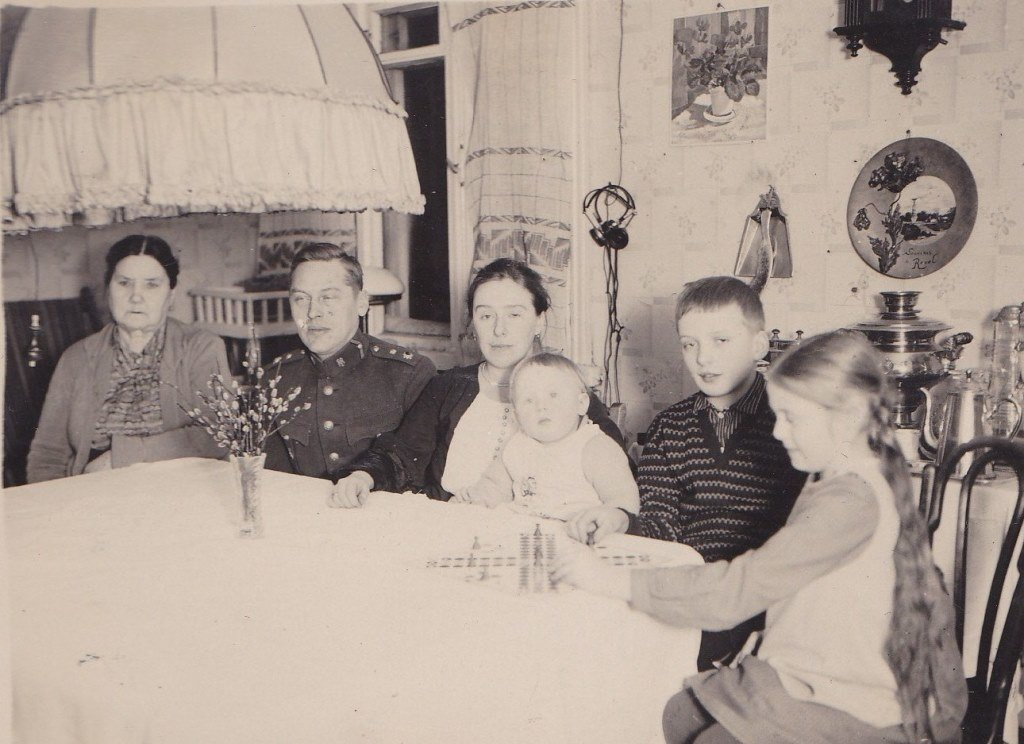 Dorothea with parents, grandmotherm baby brother & cousin 1930