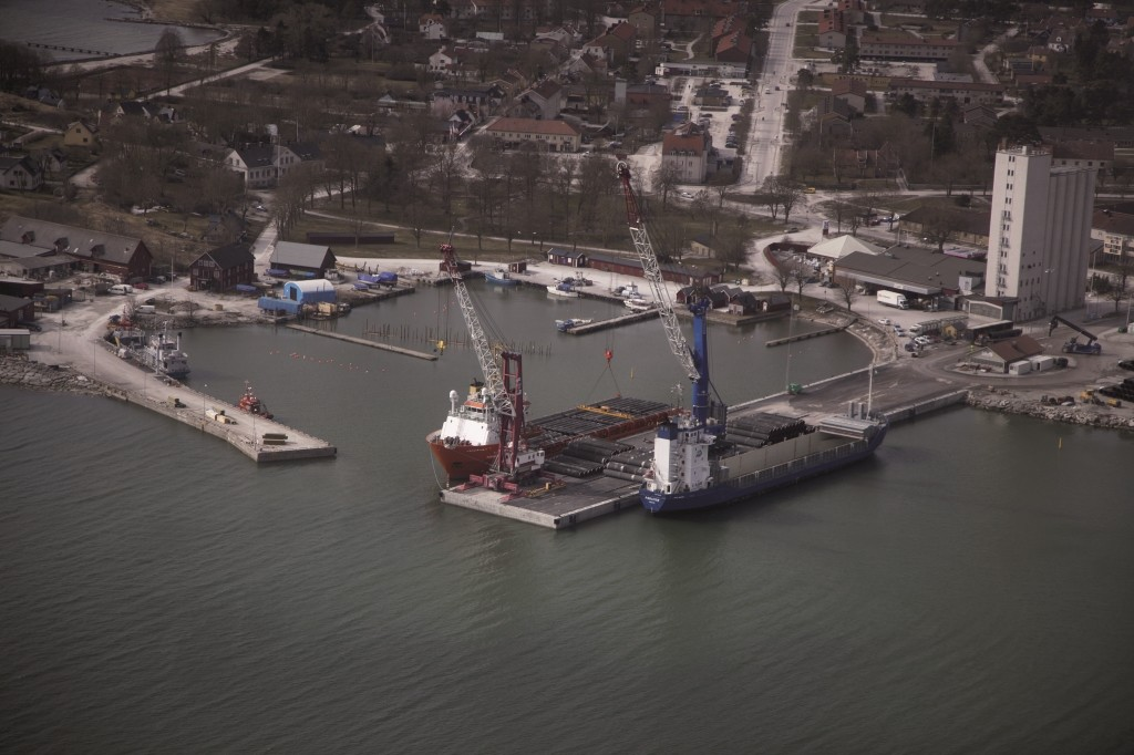 For the use of Slite as an interim storage facility, a ship-to-ship system was developed whereby pipes delivered by sea from Mukran are transferred directly to a transport ship situated on the opposite side of the pier. The pipes are thereby trans-shipped directly from one ship to another.