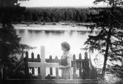 Burial place of the deported Marie Epold in town Slobodskoi on the banks of the Vjatka River. Daughter Hedi at her mother's grave in 1954