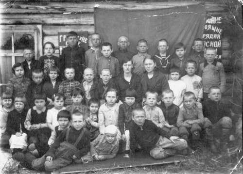 Tomsk Oblast, Aleksandrovski Region, Retška Panja village elementary school. Deported Estonian children in front of the village club, 05.04.46.