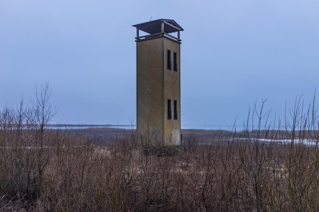 A lookout tower on the northern shore of Võrtsjärv. The miniature house-like buildings in lifeless landscapes add a layer of additional emptiness to the already deserted winterscape. The warmth pours into you by just standing and watching this silence.