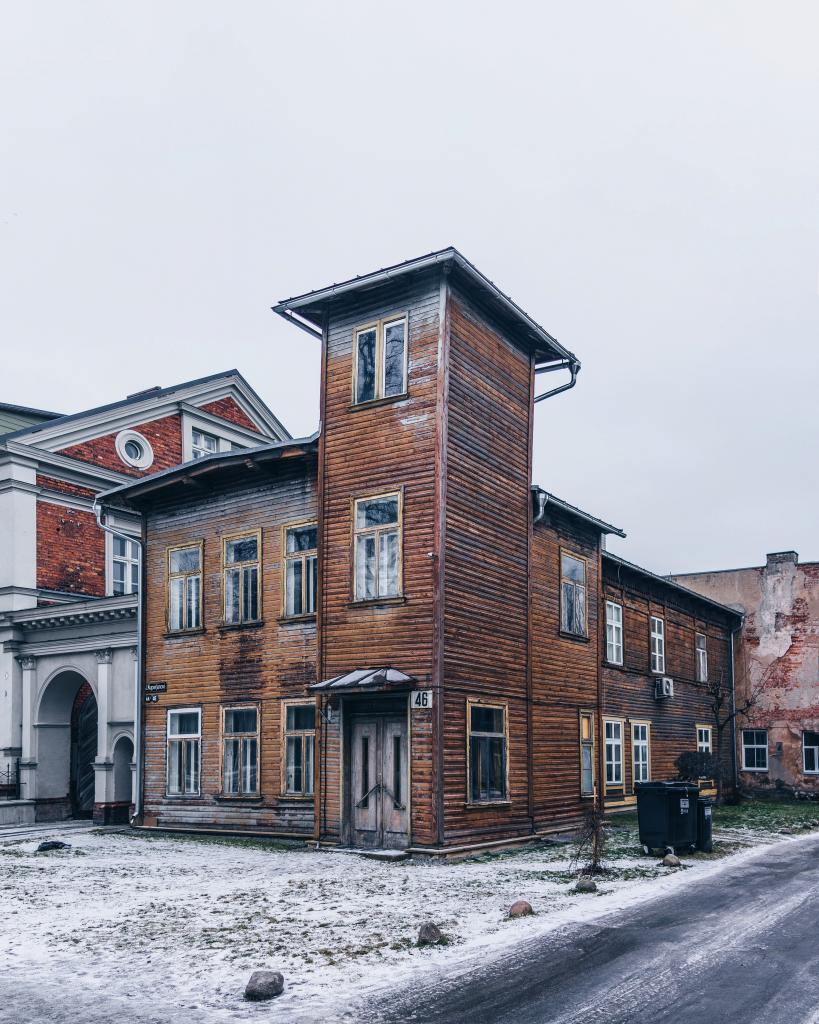 Kuperjanovi, Tartu. Some houses stun you every time you pass them. Who built this otherworldly wooden castle? What's the function of this tower? What is it used for now, after the original purpose has been forgotten?
