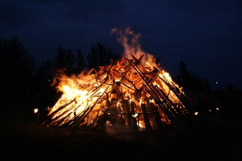 Estonian beliefs and rituals carried on by Jaanipäev
