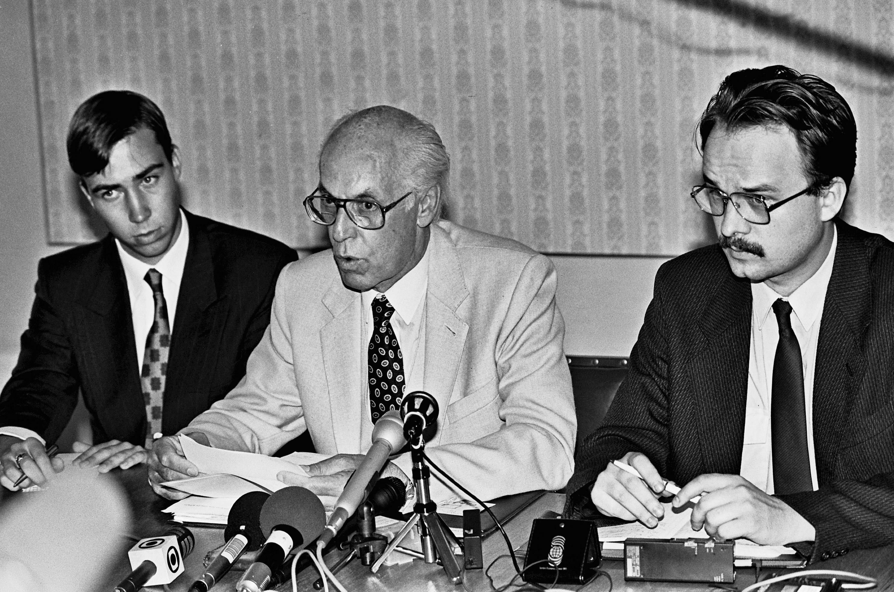 Having returned from Finland on the evening of 23 August 1991 to what was now the independent Republic of Estonia, foreign minister Lennart Meri is attending a press conference at the ministry of foreign affairs on Toompea Hill with Toivo Klaar and Tiit Pruuli. Photo by Peeter Langovits, from the archive of the foreign ministry.