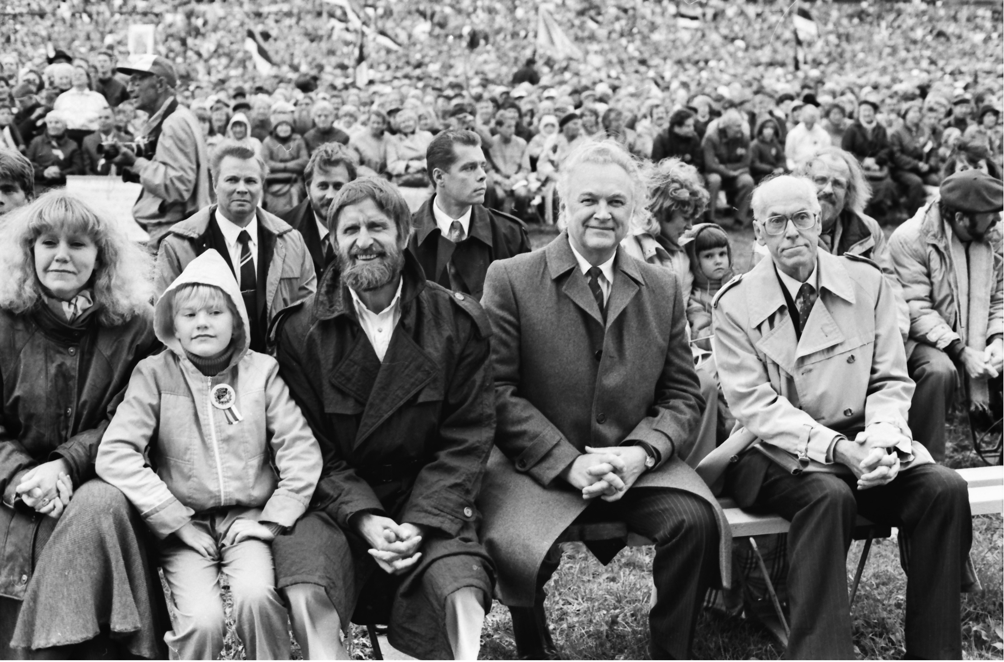 At the Song of Liberty, a mass event held at the Tallinn Song Festival Grounds, the front row includes foreign minister Lennart Meri with the chairman of the Supreme Council, Arnold Rüütel, and the family of artist and then-politician Heinz Valk. Photo by Peeter Langovits, from the archive of the foreign ministry.