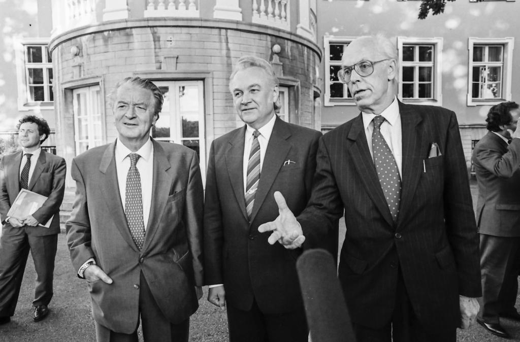 France was the first major Western power to recognise Estonian, Latvian and Lithuanian independence. Just five days after recognition, French foreign minister Roland Dumas paid a visit to Estonia and was received in Kadriorg by the chairman of the Supreme Council, Arnold Rüütel, and foreign minister Lennart Meri. Photo by Peeter Langovits, from the archive of the foreign ministry.