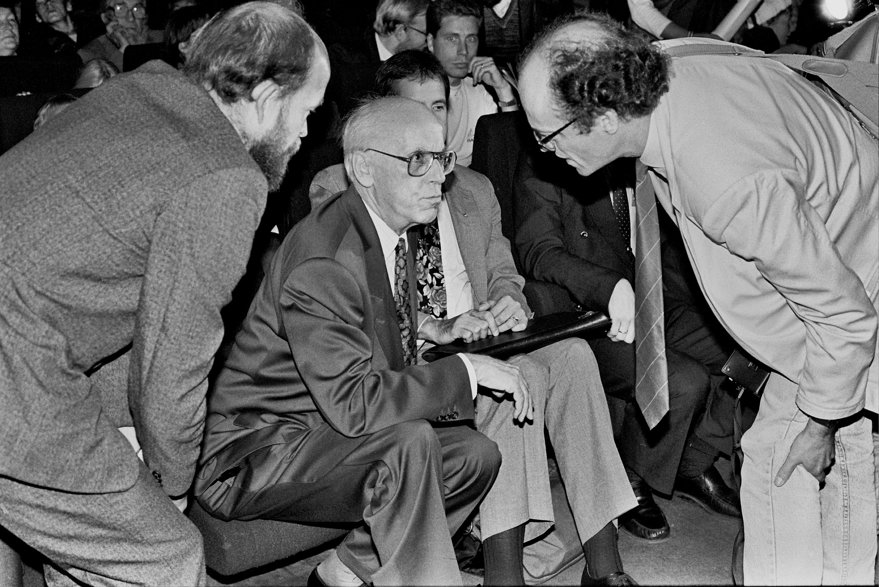 Lennart Meri with supporters at the Tallinn Linnahall during his presidential election campaign. Photo by Peeter Langovits, from the archive of the foreign ministry.
