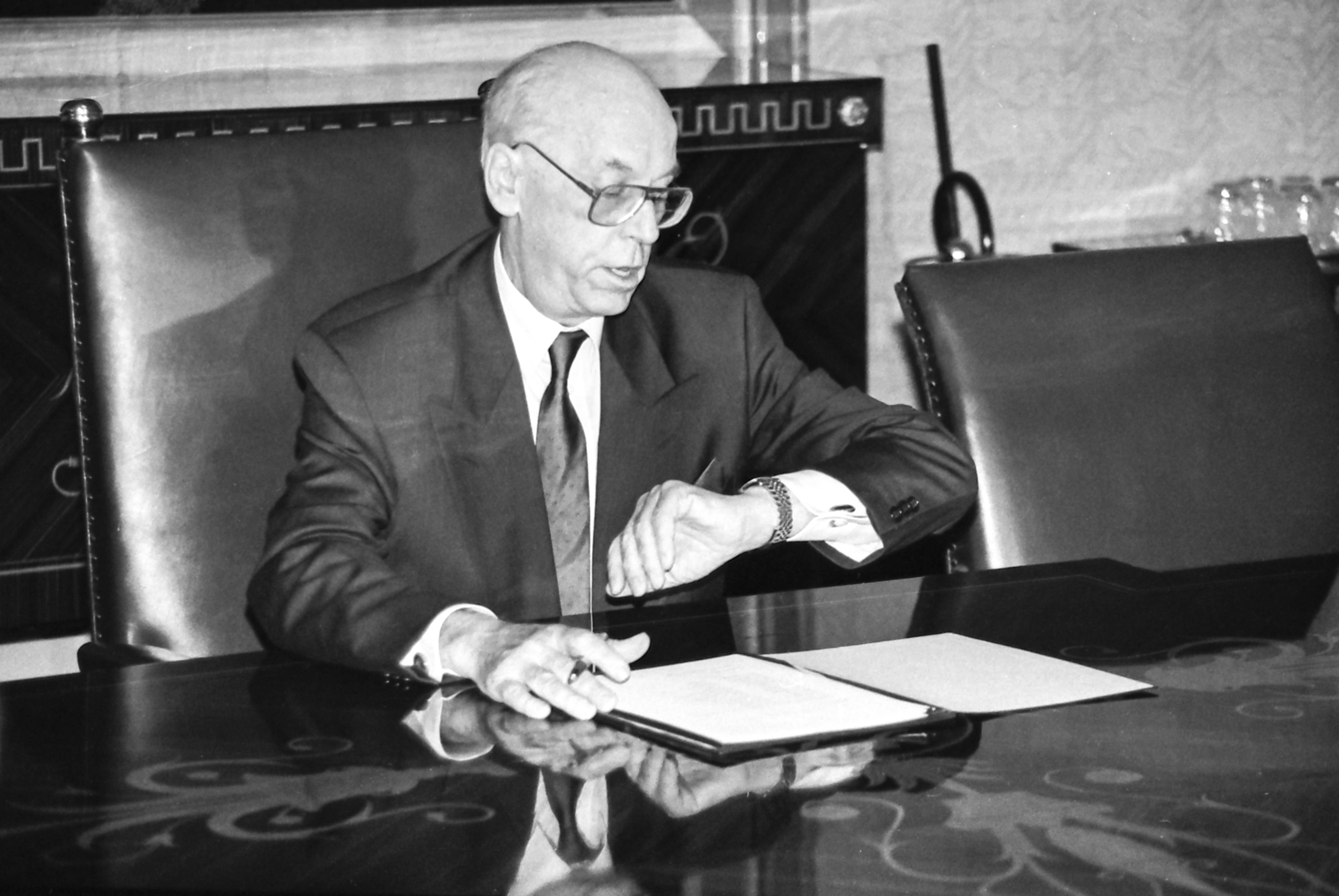 At 6:15 PM on 21 October 1992, President Lennart Meri issued Decree No. 1 from Kadriorg, appointing the first constitutional government of the Republic of Estonia after the restoration of national independence, with Mart Laar as prime minister. Photo by Peeter Langovits, from the archive of the foreign ministry.