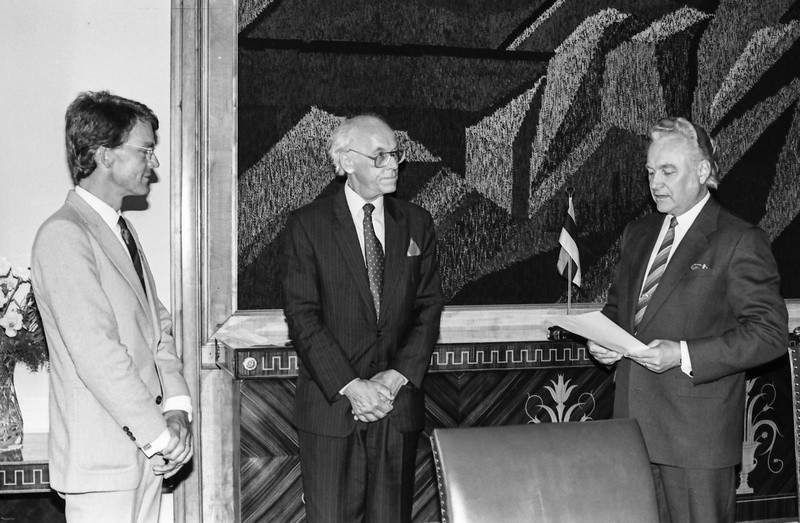 On 29 August 1991, the first ambassador to the again-independent Estonia, Lars Grundberg of Sweden (left), presents his credentials to Arnold Rüütel (right), the chairman of the Supreme Council. Foreign minister Lennart Meri in the middle. Photo by Peeter Langovits, foreign ministry archive.