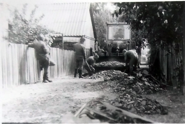 The reservists working to remove the radiated ground surface. Photo from Väino Liimann's private collection.