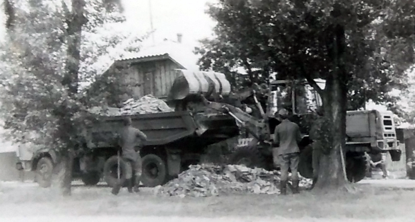 The reservists working to clean up a village in Ukraine. Photo from Väino Liimann's private collection.