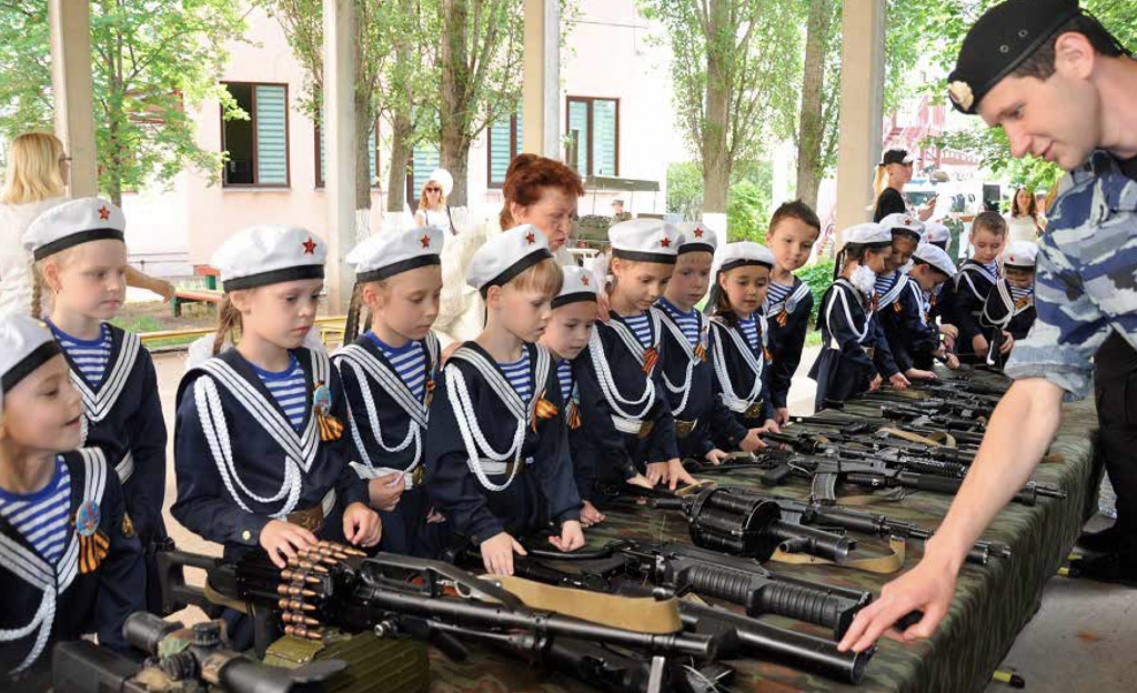 Exhibition of weapons after a children's parade in Rostov-on-Don. Photo: screenshot from the report.