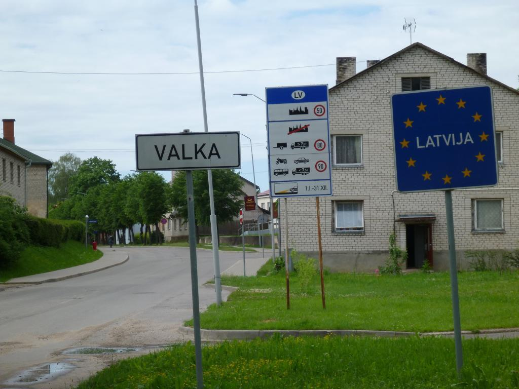 The Latvian-Estonian border between the Estonian town of Valga and the Latvian town of Valka. Photo by Vesahjr, shared under the CC BY-SA 4.0 licence.