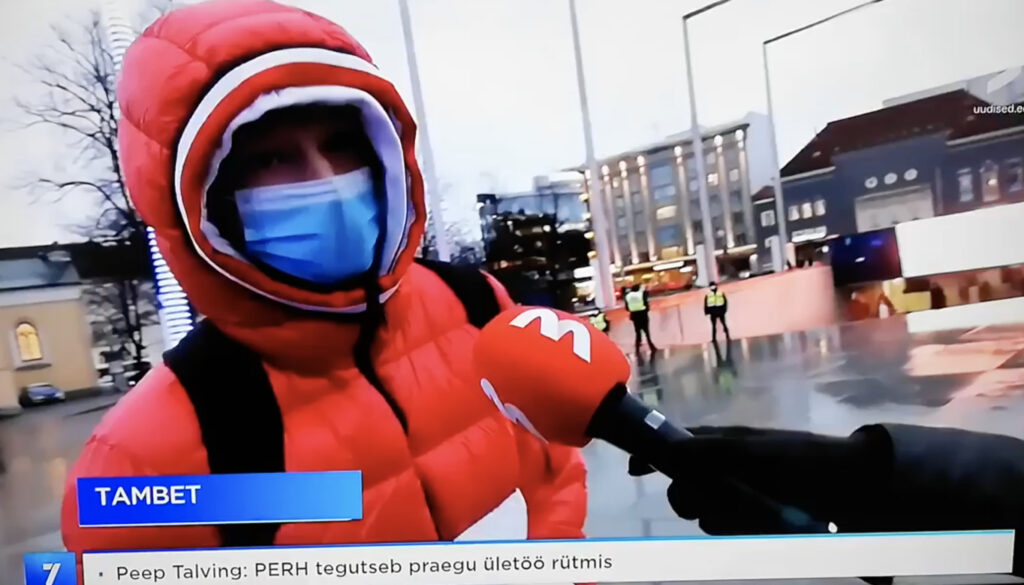 An Estonian anti-masker made a complete fool out of himself by protesting against masks while wearing one. Photo: screenshot from the video.